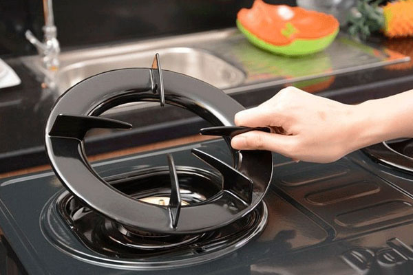 Trước khi tiến hành làm sạch kiềng bếp gas cần để chúng nguội hẳn. Vì bạn có thể bị bỏng và kiềng dễ bị nứt nếu rửa lúc còn nóng.