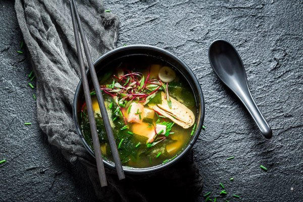 Món canh rau củ với màu sắc bắt mắt sẽ giúp tăng thêm độ ngon miệng cho bữa ăn gia đình bạn