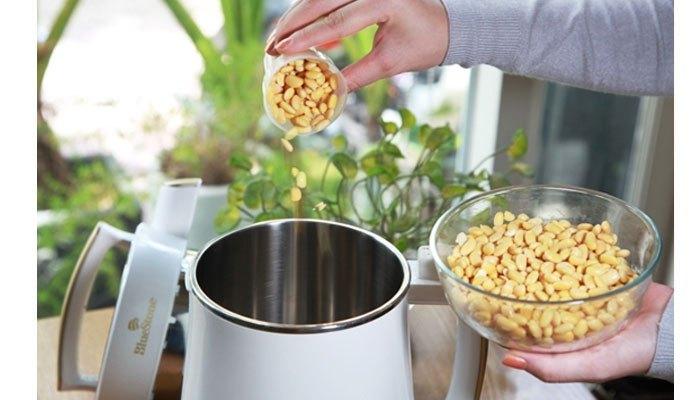 Làm sữa nhanh gọn bằng máy làm sữa đậu nành