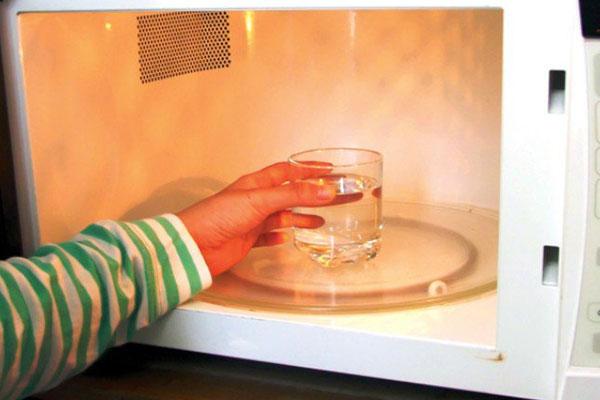 Vệ sinh thường xuyên giúp bạn sử dụng lò vi sóng an toàn