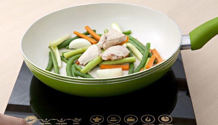 Bạn nên chọn chảo chống dính có đáy nhiễm từ theo tiêu chuẩn để đảm bảo cho bếp