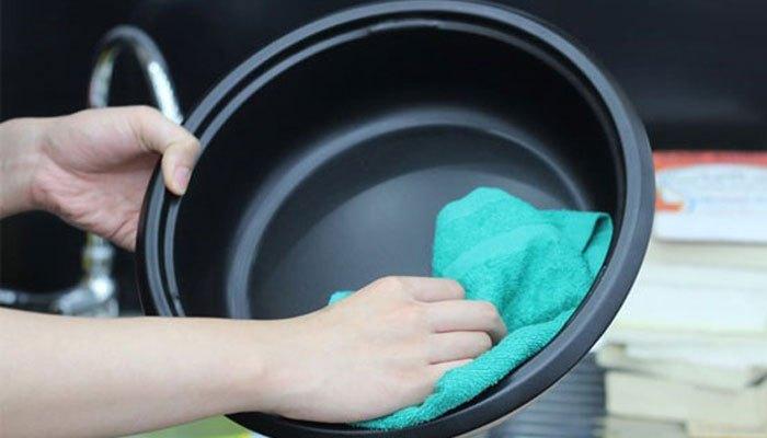 Lòng nồi chống dính sẽ giúp bạn dễ dàng vệ sinh sau mỗi lần sử dụng lẩu điện đa năng
