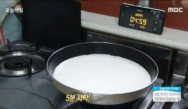 Đun sữa lên chảo chống dính