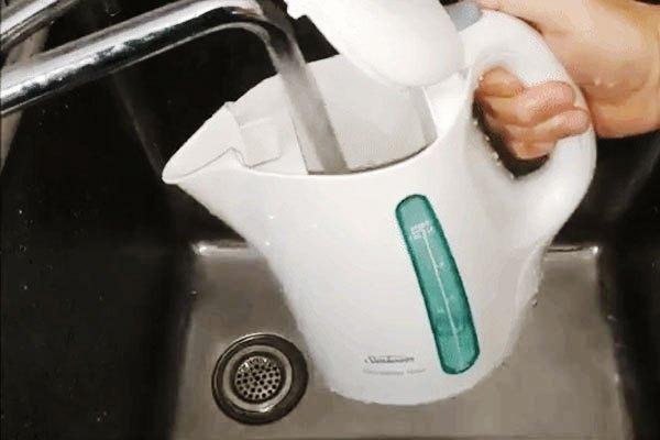 Rửa ấm đun siêu tốc để loại bỏ mùi giấm
