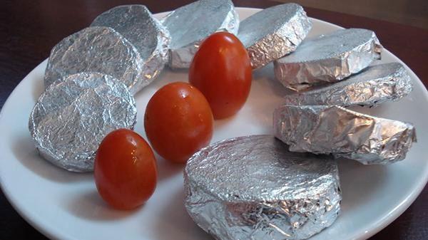 Không nên bọc thực phẩm bằng giấy bạc để trong lò vi sóng, sẽ tạo nên các tia lửa điện tóe lên dễ làm lò bị cháy