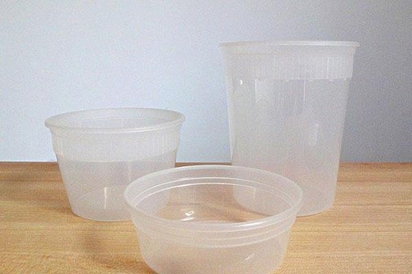 Việc cho hộp nhựa hoặc những đồ dùng bằng nhựa như bát, thìa, đĩa,…vào lò vi sóng có thể gây hậu quả nghiêm trọng