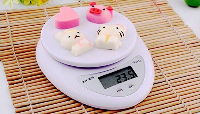 Làm bánh cần một chiếc cân để cân đo nguyên liệu