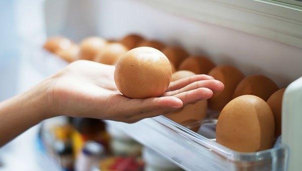Trước khi mài dao máy xay sinh tố, bạn lấy vỏ quả trứng gà cho vào tủ lạnh 30 phút