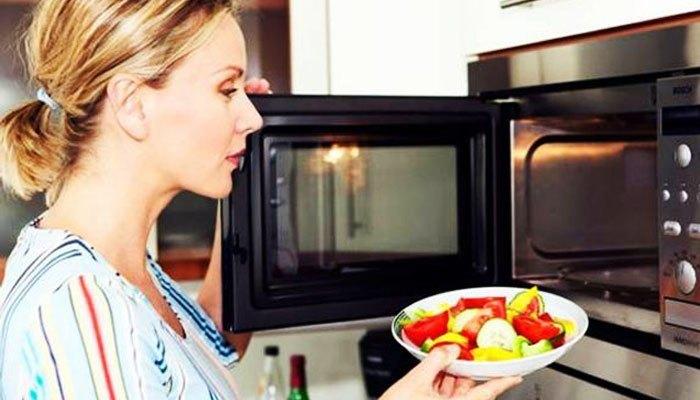Dùng vật liệu bằng sứ hoặc thủy tinh trong lò nướng để tiết kiệm