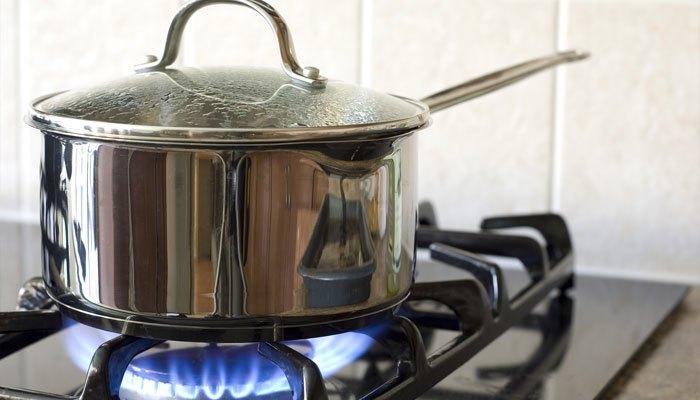 Khi dùng bếp gas, bạn chỉnh lửa sao cho vừa với đáy nồi để tiết kiệm nhiên liệu.