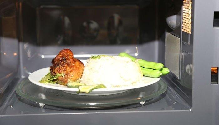 Để hâm nóng thức ăn nhanh và không tiêu hao nhiều năng lượng, bạn nên dùng lò vi sóng hoặc bếp gas.