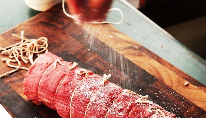 Ướp gia vị trước khi nướng thịt với bếp nướng điện