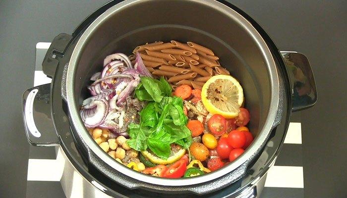 Bạn nhớ cho đủ lượng thực phẩm và nước để nồi áp suất hoạt động bình thường