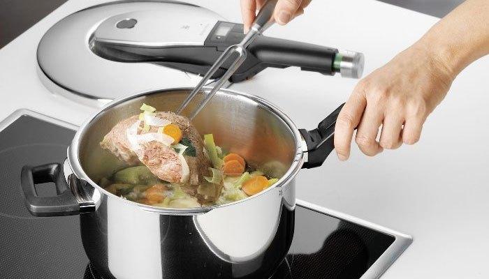 Lấy đồ ăn ra khỏi nồi áp suất sau khi tắt bếp từ 10 đến 15 phút