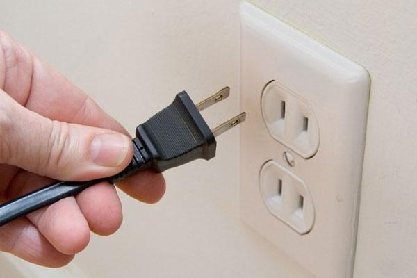 Phải đợi mâm nhiệt lẫn thân nồi lẩu điện nguội hoàn toàn sau khi rút điện thì bạn mới được vệ sinh