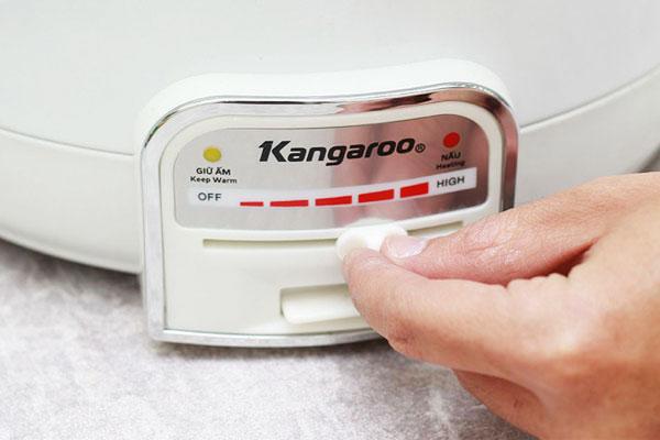 Chỉnh nhiệt độ nồi lẩu điện ở mức cao nhất để đun sôi
