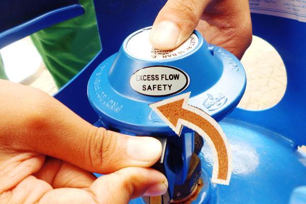 Để bảo đảm tính mạng gia đình, luôn nhớ việc khóa van bếp gas sau khi dùng xong. Hành động này còn phần nào giúp bạn tiết kiệm gas rất hiệu quả đấy!