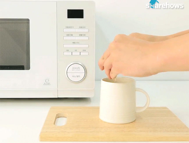 Bạn đập 1 trái trứng vào cốc sứ rồi đổ từ từ nước đầy nửa cốc. Sau đó cho cốc vào lò vi sóng quay trong 1 phút.