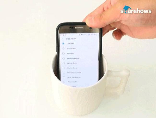 Phương pháp này chắc hẳn không còn xa lạ với bạn rồi nhỉ? Bật nhạc lên và đặt phần loa chạm vào đáy cốc, âm lượng của loa điện thoại sẽ được tăng lên ngay lập tức.
