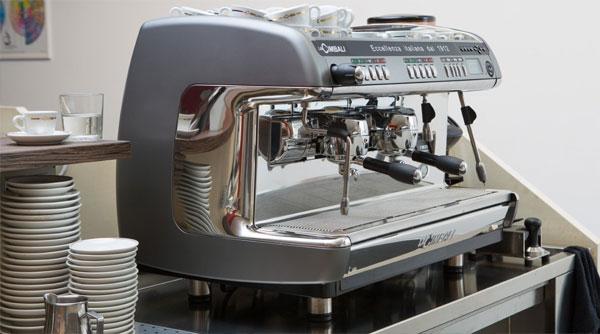 Máy pha cà phê chuyên nghiệp có giá hàng trăm triệu đồng