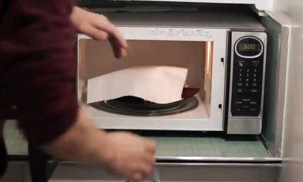 Lót thêm tờ khăn giấy lên thịt và khởi động lò vi sóng