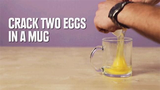 Bạn đập 2 quả trứng cho vào ly thủy tinh.