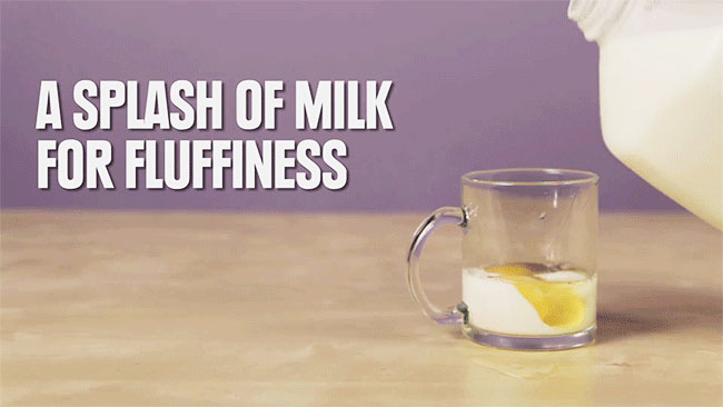 Thêm sữa tươi và ly và trộn đều.