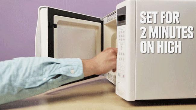 Bạn cho ly thủy tinh chứa hỗn hợp trứng sữa vào lò vi sóng, đặt chế độ quay trong 2 phút với mức nhiệt cao nhất.