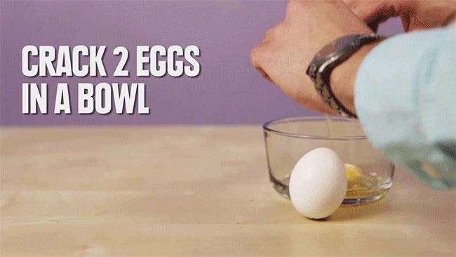 Bạn đập 2 quả trứng vào chén thủy tinh.