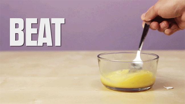 Dùng thìa đánh đều trứng.