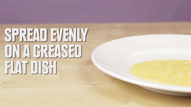Đổ trứng ra dĩa và dàn phẳng mặt trứng.