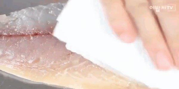 Lau cá cả mặt sau trước khi chiên trong chảo chống dính