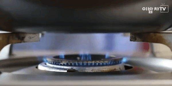 Đặt chảo chống dính trên bếp với lửa vừa để chiên cá