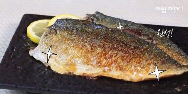 Lấy cá chiên từ chảo chống dính ra và trang trí thật đẹp