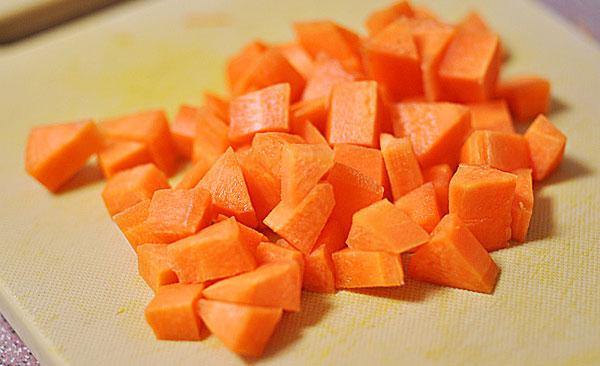 Các nguyên liệu rửa sạch, cắt nhỏ. Bạn có thể bỏ vỏ cà rốt và khoai mài, riêng táo nên để nguyên vỏ sẽ tốt hơn cho sức khỏe.