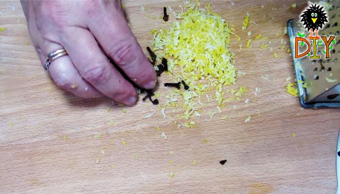 Bạn bào vỏ chanh thật nhuyễn và cắt nhỏ hoa đinh hương khô.