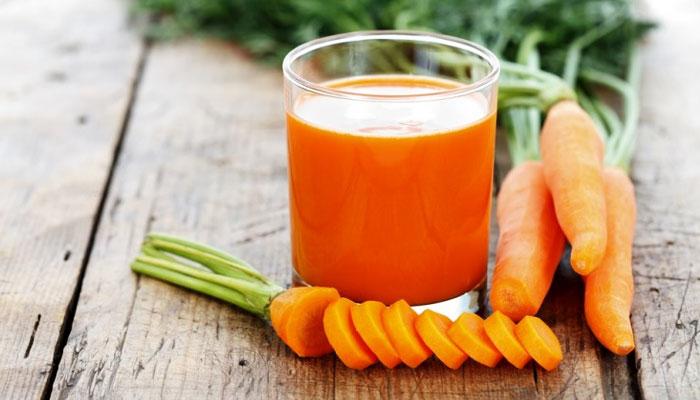 Nước ép cà rốt làm bằng máy xay sinh tố đã có rồi đây, bạn thêm đường vào và thưởng thức thôi!