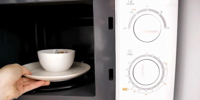 Chỉnh lò vi sóng ở nhiệt độ thấp và thời gian 3 phút để làm chín đĩa bánh.Chỉnh lò vi sóng ở nhiệt độ thấp và thời gian 3 phút để làm chín đĩa bánh flan
