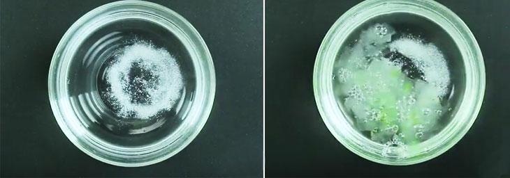 Để nha đam bớt đắng và nhớt, bạn cho muối vào nước rồi ngâm nha đam trong đó. Sau 10 phút vớt ra rửa lại bằng nước sạch nhiều lần, để ráo.