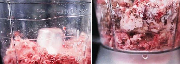 Xay phần bò để làm món bò viên trứng muối khổng lồ trong máy xay sinh tố