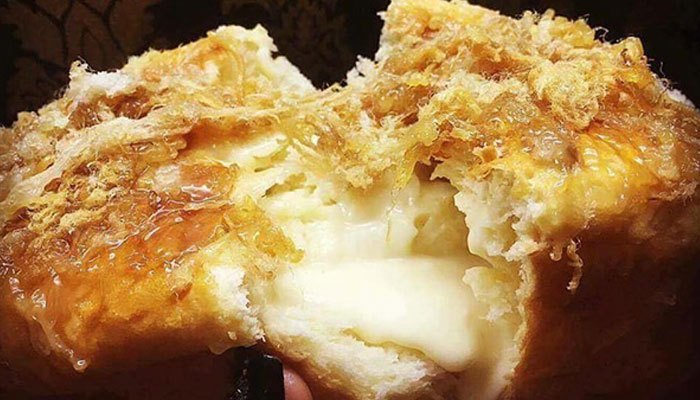 Lấy bánh mì ra khỏi lò nướng, thêm chà bông để tạo độ mặn cho món bánh mì nhân phô mai