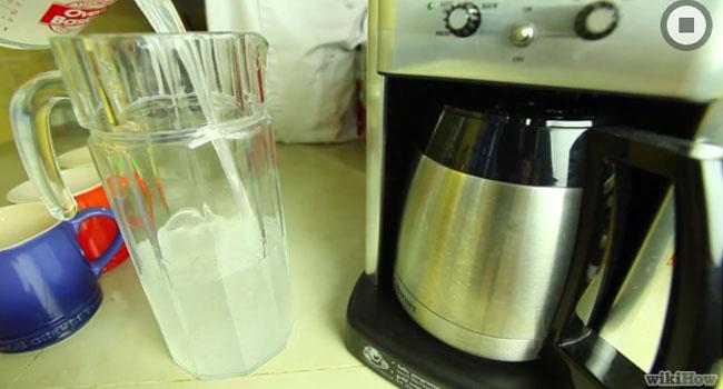 Để vệ sinh máy pha cà phê, bạn pha hỗn hợp dung dịch 3 chén giấm và 6 chén nước