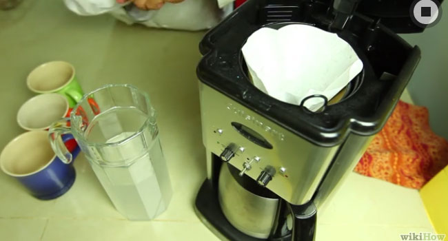 Cho giấy lọc vào máy pha cà phê