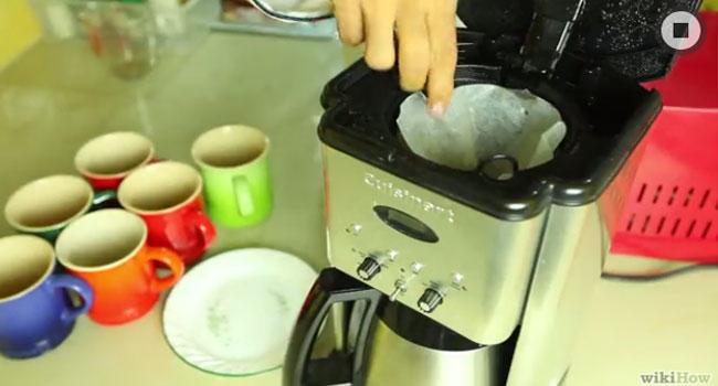 Tiếp đến, bạn lấy giấy lọc ra và đổ dung dịch khỏi máy pha cà phê