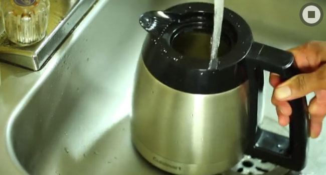 Dùng nước sạch rửa bình đựng của máy cà phê.
