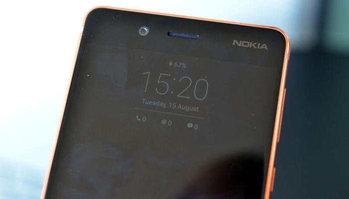 Màn hình 5.3 inch của điện thoại Nokia 8 vừa tay người dùng