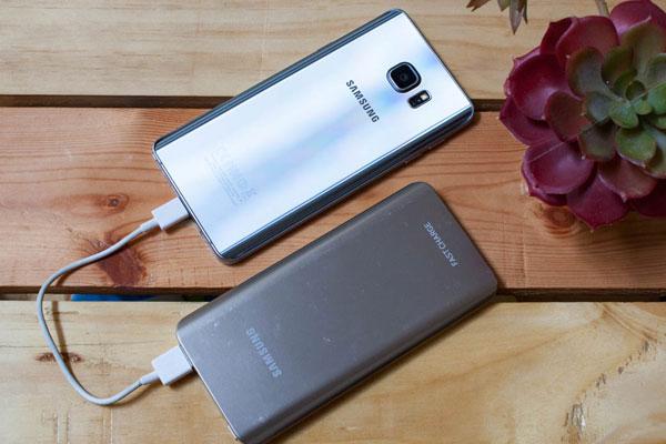 Nếu đang sử dụng điện thoại Samsung thì ngại ngùng gì không chọn luôn sạc dự phòng Samsung cho an toàn bạn nhỉ?
