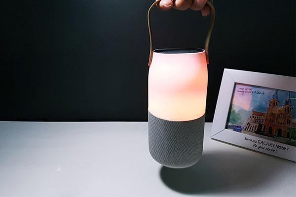 Ngồi bên cạnh nhau, cùng thưởng thức những âm thanh tuyệt vời từ loa Samsung Bottle, cả 2 sẽ tìm thấy được bình yên bên nhau