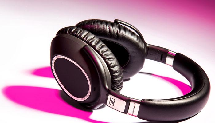 Một chiếc tai nghe không dây sẽ cho bạn sự thuận tiện hơn khi giải trí, không lo vướng víu