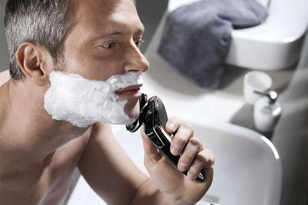 Giá thành khá cao khiến nhiều người dùng còn e dè chưa chọn mua máy cạo râu